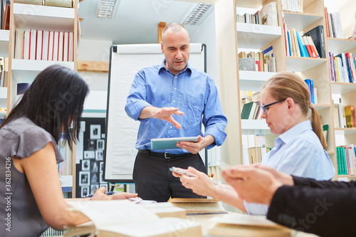 Foto Lecturer or coach in a university seminar