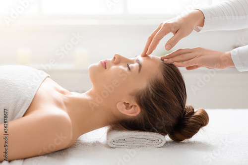 Fotografia, Obraz Acupressure head massage for young woman at spa