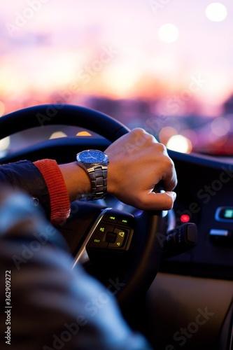 Billede på lærred Cropped Hand Of Man Driving Car