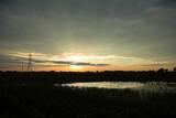 Zachód, wschód słońca nad polami, malownicze niebo, lustrzane odbicie.