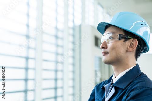 Fototapeta 遠くを見る男性エンジニア obraz