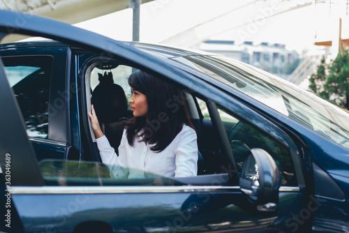 Wallpaper Mural Businesswoman Seen Through Car Window