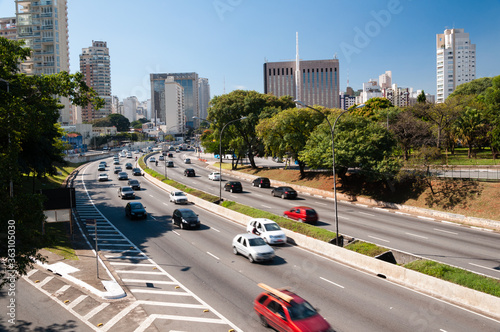 Foto High Angle View Of Traffic On Road By Buildings In City