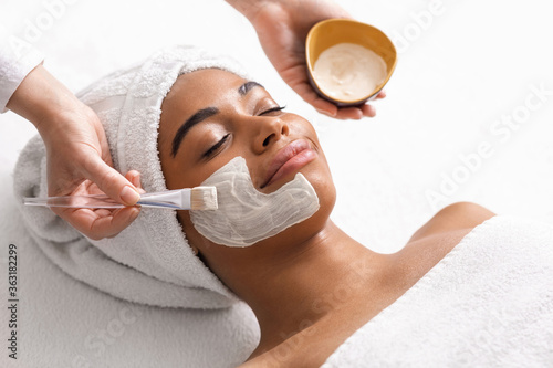 Fotografía Top view of beauty therapist applying face mask