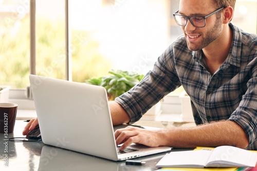 Fotomural Man Using Laptop On Table