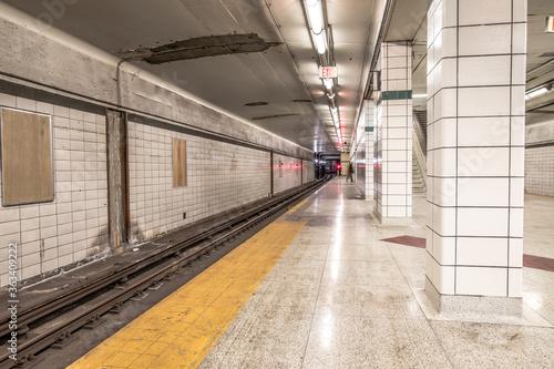 Fototapeta premium Pusta platforma stacji kolejowej