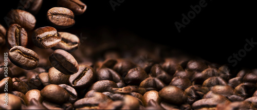Fotografia coffee beans on a black background banner design