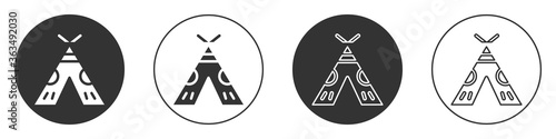 Fotografia Black Traditional indian teepee or wigwam icon isolated on white background