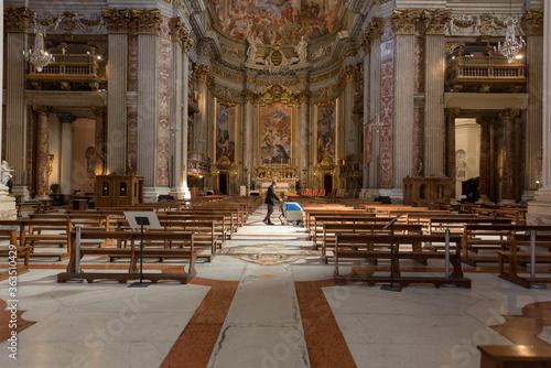 Fotografía Worker cleaning the floor in Saint Ignatius of Loyola church, Rome, Italy