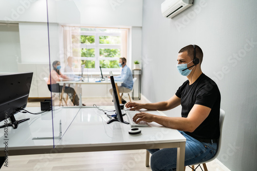 Foto Call Center Customer Service Agents Wearing Masks