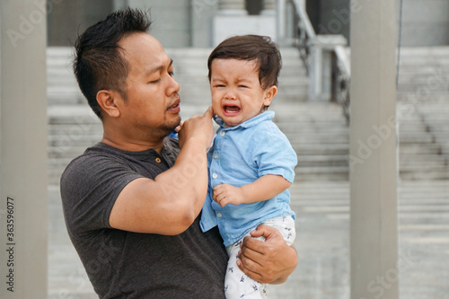 Valokuva Man Holding Son Standing Outdoors