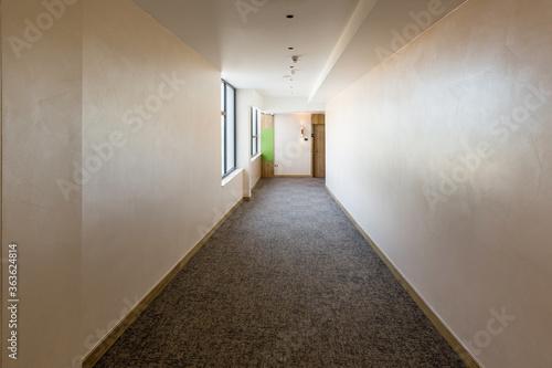 Fotografía Interior of a long hotel corridor doorway
