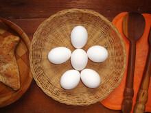 Huevos Blancos En Una Canasta ...