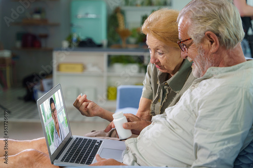Obraz patients at home have medical consult from doctor via telemedicine - fototapety do salonu