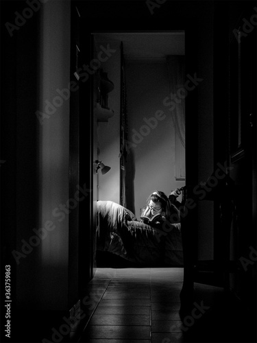 Photo Woman Reading Book While Lying On Bed At Home