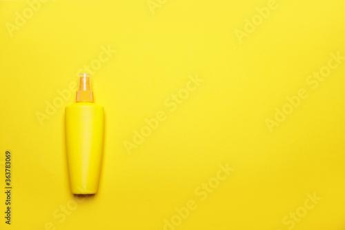 Fototapeta Bottle of sunscreen on color background obraz