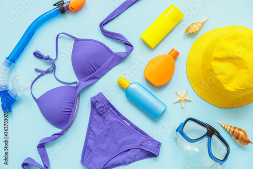 Fototapeta Beach accessories with sunscreen cream on color background obraz