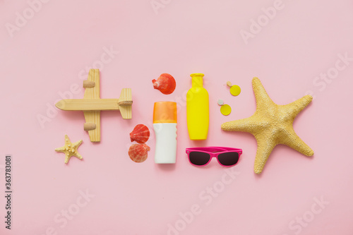 Fototapeta Travel accessories with sunscreen cream on color background obraz