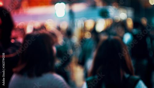 Photo Defocused Image Of Women Standing In City At Night