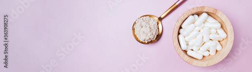 Fotografía Collagen powder and pills on pink background