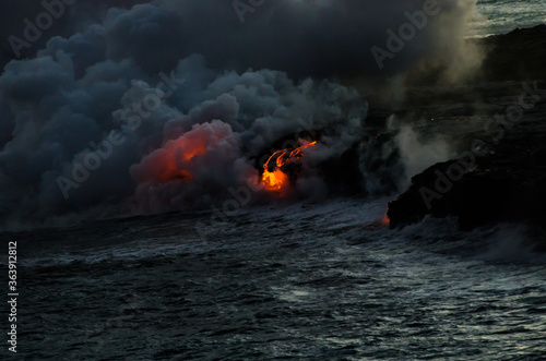Canvas-taulu Lava Flowing Into The Ocean