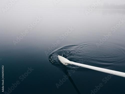 Fotografia Cropped Image Of White Oar In Lake