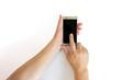 スマートフォンの画面をタップする中年男性の手