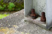 橋脚の錆びたボルト