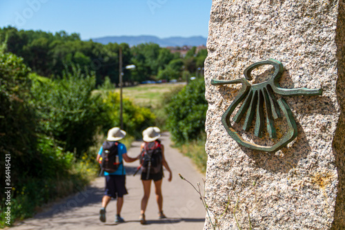 Photo Pilgrims on the route of the Camino de Santiago (Way of Saint James) passing nex