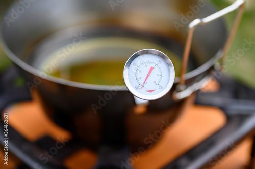 Cuadros en Lienzo Pentola con olio per frittura e termometro per misurare la giusta temperatura de