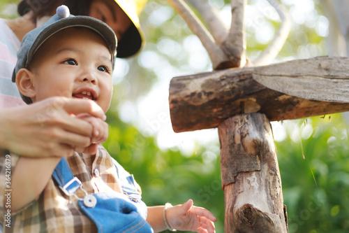 Photo Asian cute toddler boy walking to mother