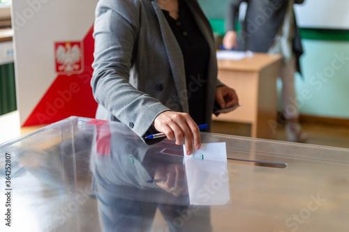 Fototapeta głosowanie w lokalu wyborczym, Wybory Prezydenckie 2020 w Polsce obraz