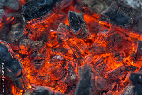 Photo Flame incinerates firewood and transforms it ashes, close up, shallow depth of field