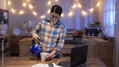 beautiful asian girl pour hot water to instant noodles in disposable paper cup Canvas-taulu