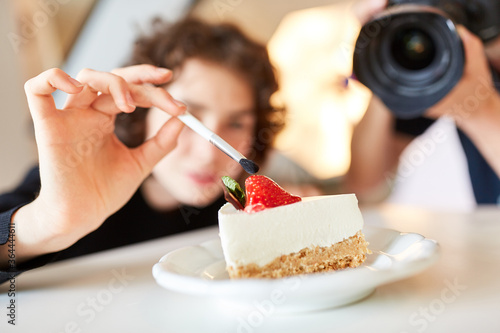 Fotografía Stylist with brush and cake during food styling
