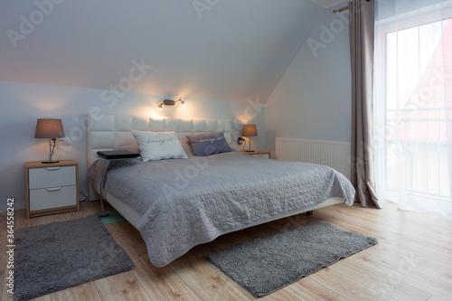 Billede på lærred Master bedroom in gray and white colors