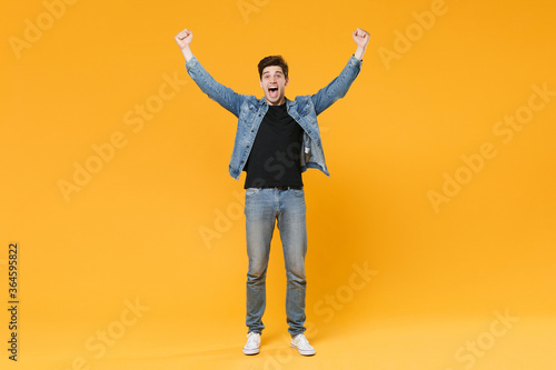 Valokuva full length Screaming young man guy in casual clothes posing isolated on yellow background studio portrait
