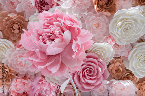 Foto flower is made from corrugated paper, floral background in warm colors