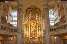 Silbermannorgel Im Barockgehäuse über Dem Prunkvollen Altar