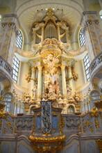 Prunkvoller Altar Mit Darüber Liegender Silbermannorgel