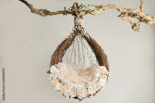 Cuadros en Lienzo props for photographing newborns, a hanging ring on a branch with rose flowers a