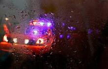 Intervention De La Police Lors D'une Nuit Pluvieuse
