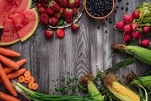 Sezonowa Owoce I Warzywa Na Drewnianym Stole.