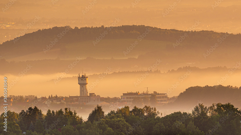 Fototapeta Dym nad miastem - zanieczyszczenie, pył ekologia. Poranek  obłoki nad miastem