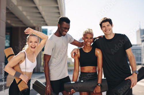 Foto Healthy fitness group standing outdoors