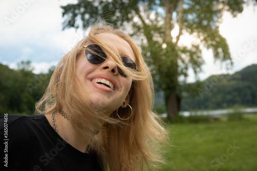 Obraz na plátně Lebensfreude der jungen Blondine