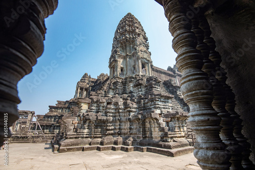 Bas-reliefs of a few devatas in the archaeological place of angkor wat in siam r Canvas-taulu