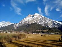 Lange Schatten Bei Winterlichem Föhnwetter Mit Schneebedeckten Gipfeln In Telfs, Tirol, Österreich