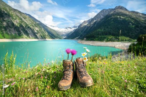 Fototapeta Wanderschuhe in den Alpen obraz