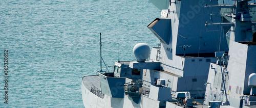 Apparecchiature elettroniche su una nave militare di ultima generazione Fotobehang